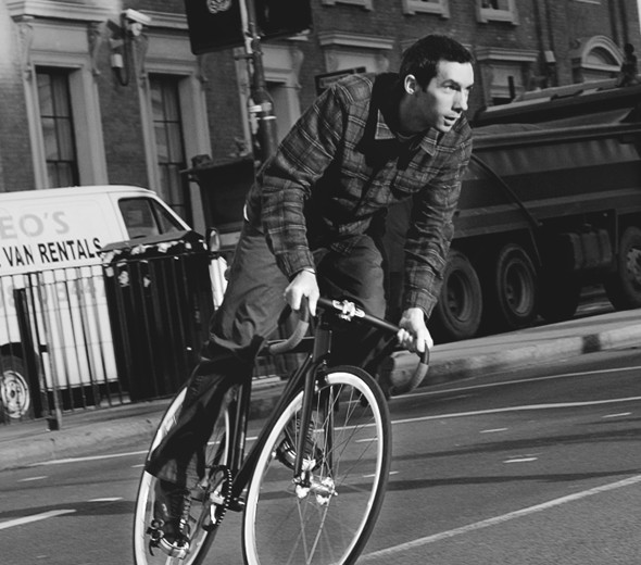 Велосипедист на фикседе без тормозов